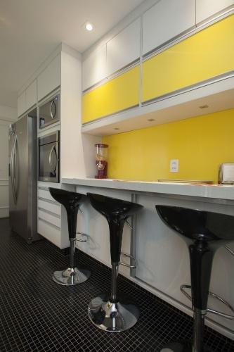 Para a cozinha desse apartamento em São Bernardo do Campo (SP), a arquiteta Patrícia Duarte recorreu ao contraste entre o claro e o escuro. O piso recebeu pastilhas pretas Colormix e, para equilibrar a ambientação, a marcenaria em MDF - executada pela Da Duarte - ganhou algumas portas em fórmica amarela