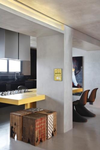Quando projetou essa cozinha de 15 m², o arquiteto Guilherme Torres buscou criar um ambiente moderno, adequado a um jovem solteiro. A bancada amarela é da Corian, enquanto todos os armários foram projetados pelo arquiteto com a ajuda de um marceneiro