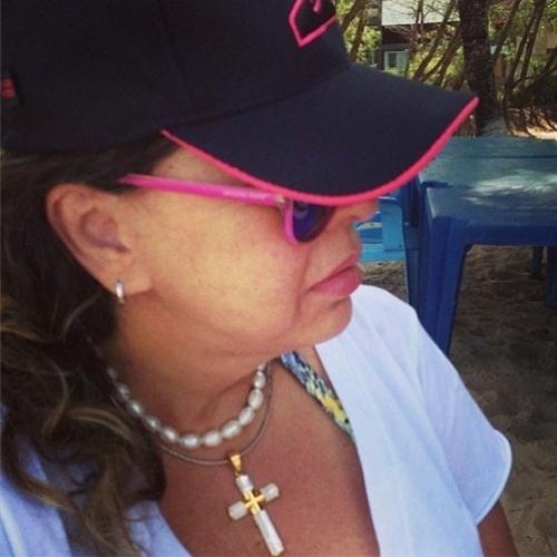 """Roberta Miranda prestou sua homenagem à amiga, a atriz Marli Marley, que morreu em janeiro vítima de câncer. """"#naoseioquedizer #triste"""", escreveu Roberta ao postar a foto"""