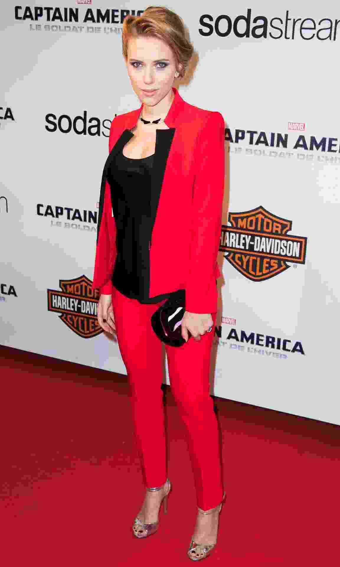 Scarlett Johansson com terninho vermelho em premiere de filme - Getty Images