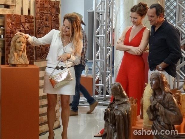 Shirley não perde a chance de provocar e quer comprar a escultura de Helena