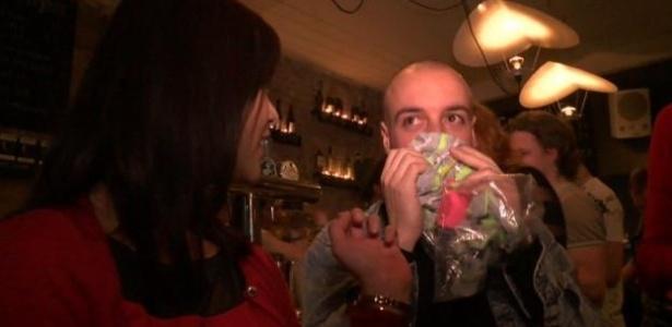 Em um bar no leste de Londres, homens e mulheres são convidados a cheirar as camisetas para encontrar seu par perfeito - BBC
