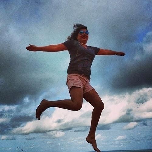 """""""Sou fod..!Nasci para voar rsrsrs"""", escreveu Roberta Miranda ao postar essa foto em uma praia do Rio Grande do Norte"""