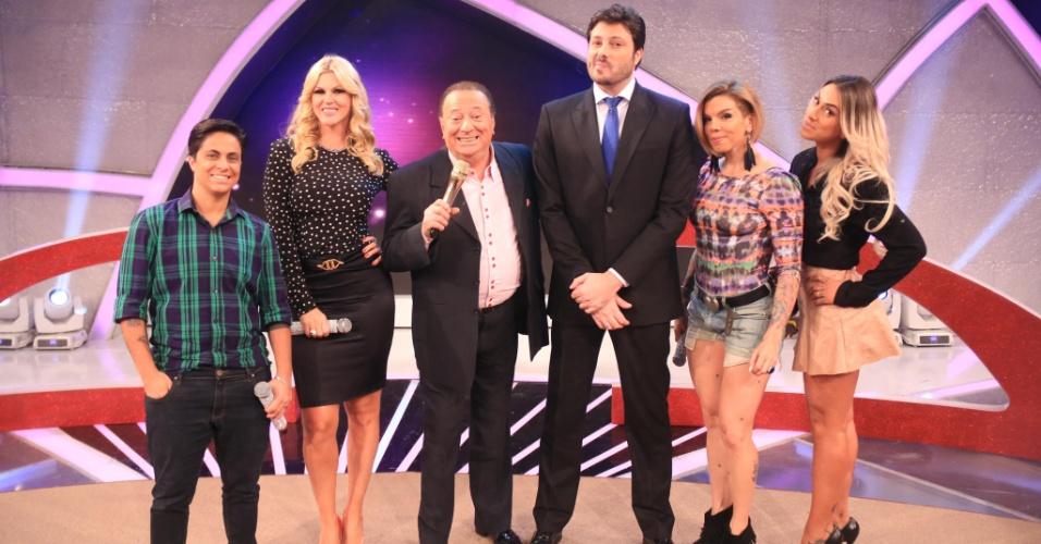 Thammy Miranda, Val Marchiori, Raul Gil, Danilo Gentili, Penélope Nova e Dani Bolina participam do quadro