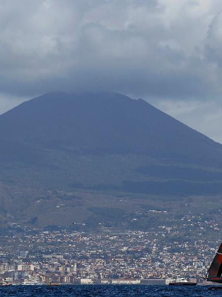 VESÚVIO (ITÁLIA): Responsável pela destruição de Pompeia em 79 d.C, o vulcão Vesúvio é um dos grande símbolos da paisagem que rodeia a cidade de Nápoles, no sul da Itália - REUTERS/Alessandro Bianchi