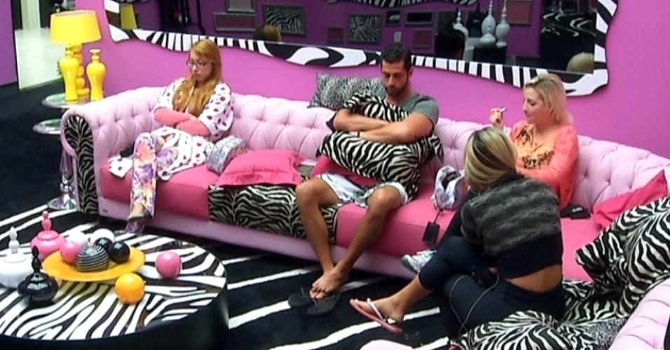 03.mar.2014 - Clara se arruma na sala, ao lado de Vanessa, Marcelo e Aline