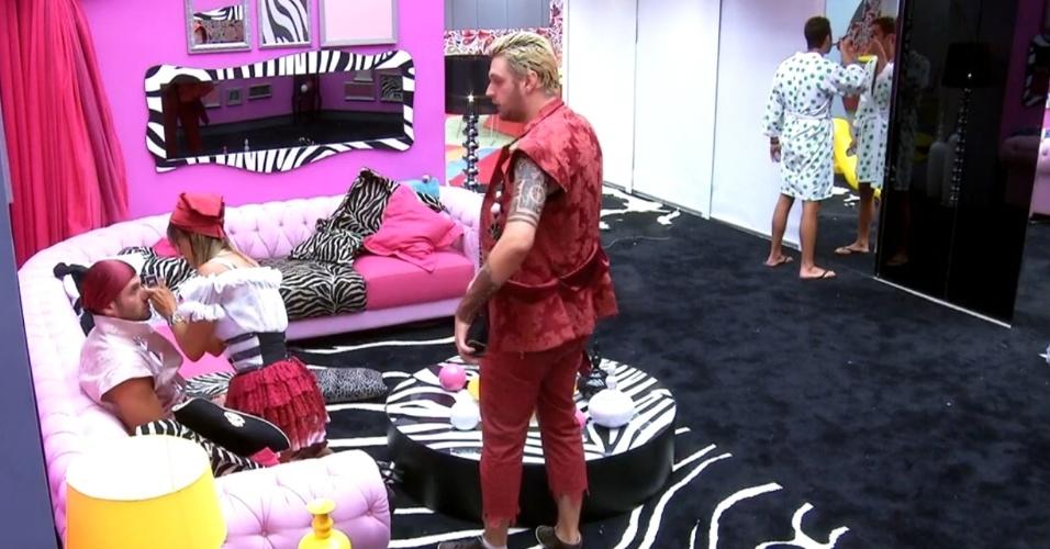 15.fev.2014 - Antes da Festa Pirata, Letícia ajuda Roni a se maquiar na sala