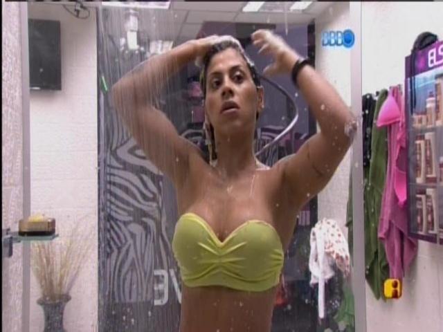 28.mar.2014 - Vanessa toma banho sozinho