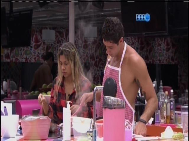 28.mar.2014 - Vanessa e Marcelo preparam o jantar