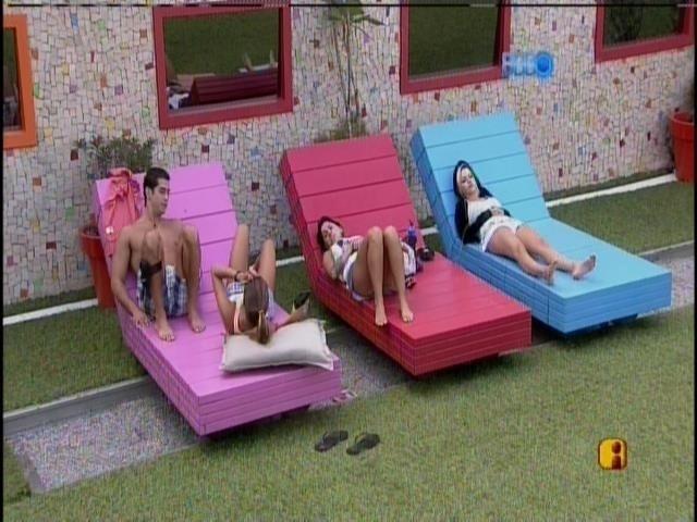 28.mar.2014 - Angela e Clara acordam e se juntam a Marcelo e Vanessa