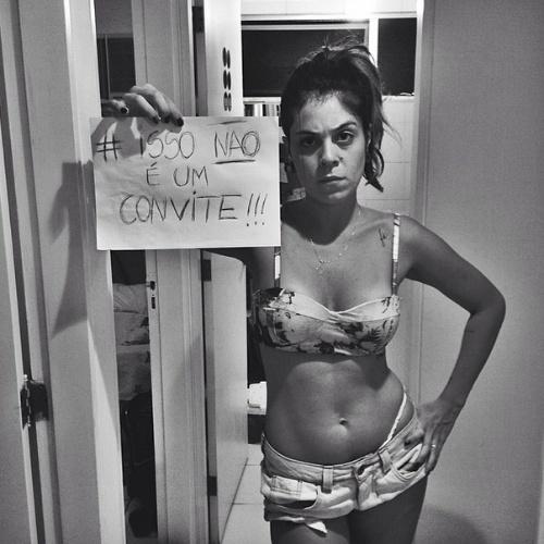 """28.mar.2014 - Bella protesta nas redes sociais: """"Então quer dizer que por causa disso eu quero ser estuprada? #issonãoéumconvite!!!!!"""""""