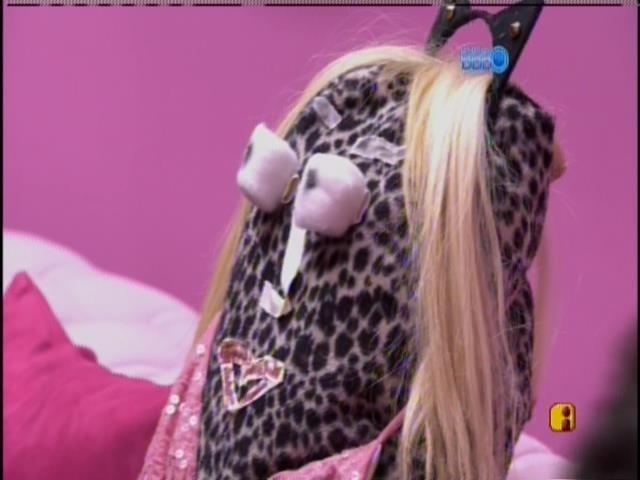 """28.mar.2014 - Clara e Vanessa montam boneca e batizam: """"É a mina do Valter Slim"""""""