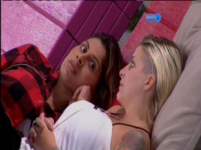 """28.mar.2014 - Clara promete banho sensual com Vanessa, caso cheguem à final do """"BBB14"""""""