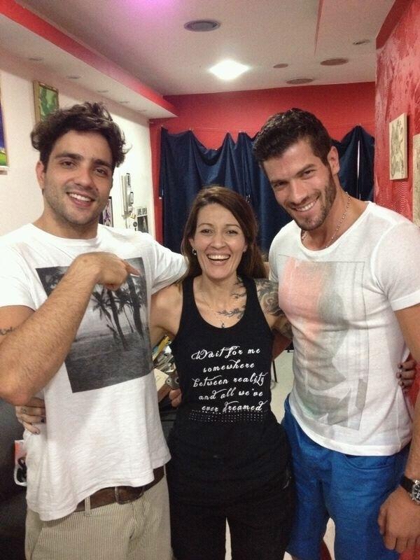 28.mar.2014 - Junior e Roni ao lado da tatuadora Estela, no Rio de Janeiro