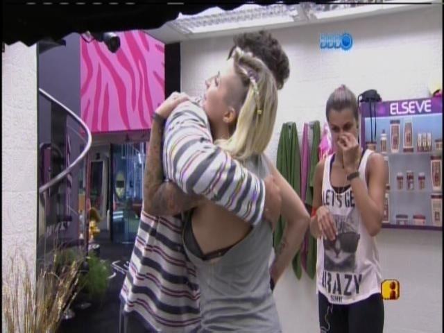 28.mar.2014 - Marcelo acorda e abraça as sisters após a primeira etapa da prova do líder