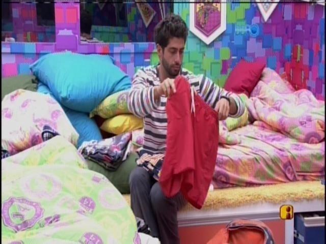 28.mar.2014 - Marcelo arruma as roupas na mala