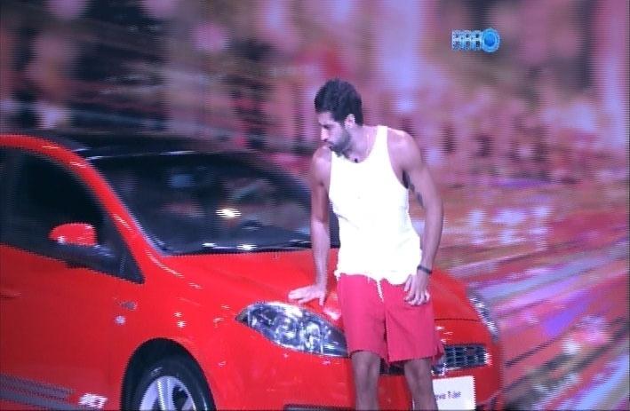 28.mar.2014 - Marcelo é o primeiro a deixar a prova do líder após mais de três horas de disputa. O paranaense passou mal, vomitou e preocupou as sisters.
