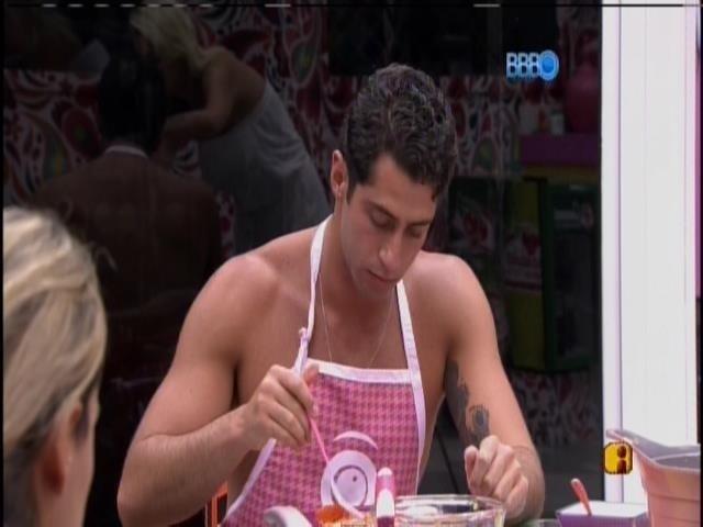 """28.mar.2014 - """"Alguém para experimentar meu molho porque a Angela está de frescura"""", diz Marcelo para Clara"""