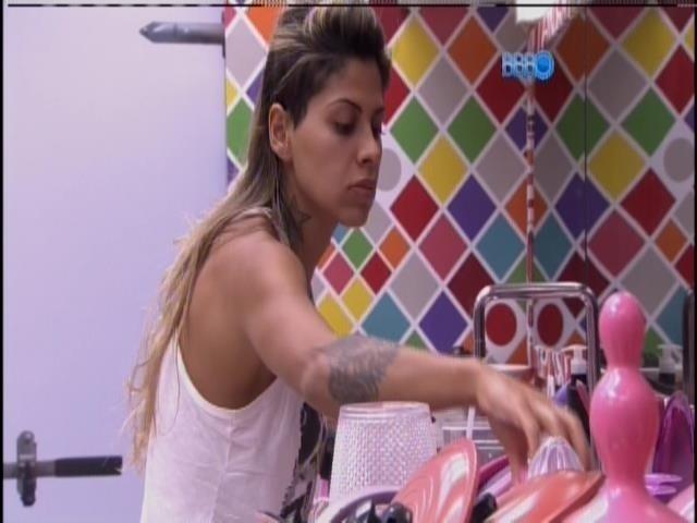 28.mar.2014 - Procurando com que se ocupar, Vanessa lava louças