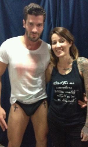 28.mar.2014 - Roni ao lado da tatuadora Estela, no Rio de Janeiro