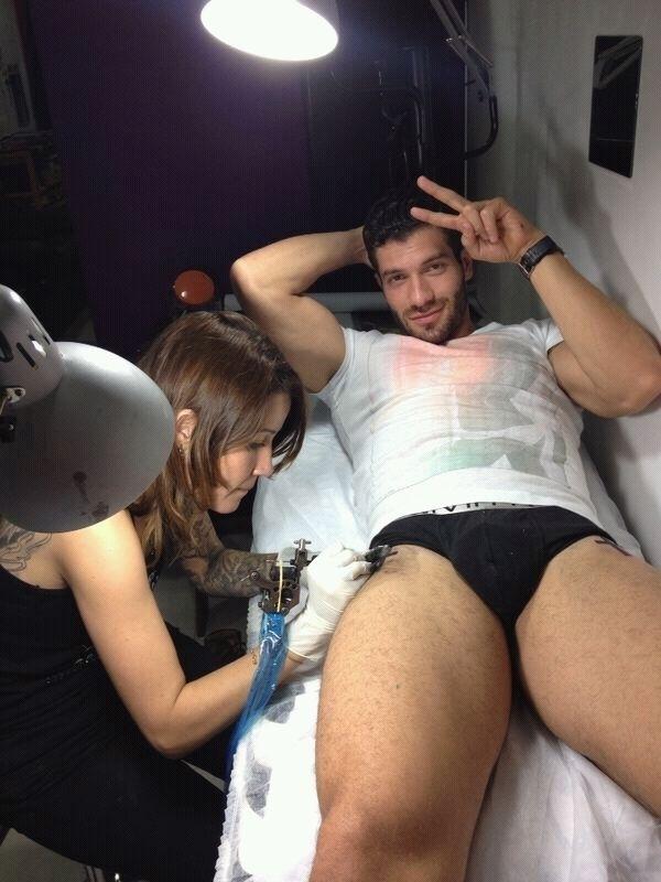 28.mar.2014 - Roni tatuou uma cruz na coxa no mesmo dia em que Junior fez uma tatuagem no tornozelo
