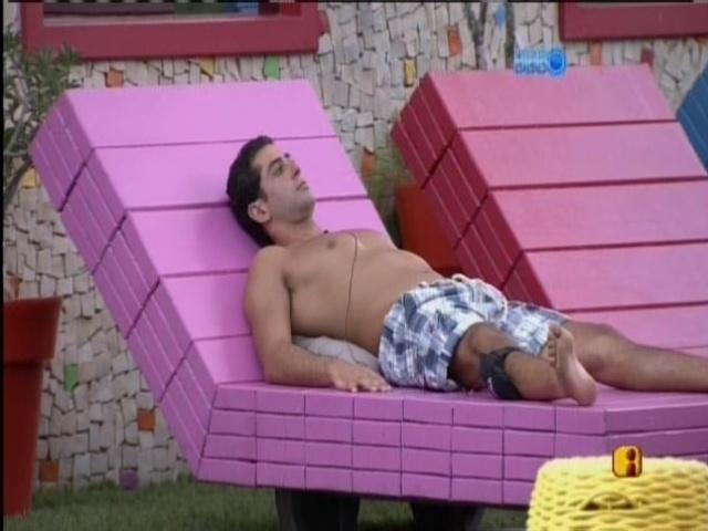 """28.mar.2014 - """"Tenho que manter minha cabeça no lugar"""", Marcelo fala sozinho na área externa da casa"""