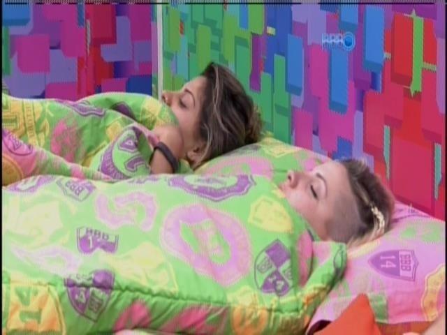 28.mar.2014 - Vanessa volta para o quarto e deita no quarto com Clara