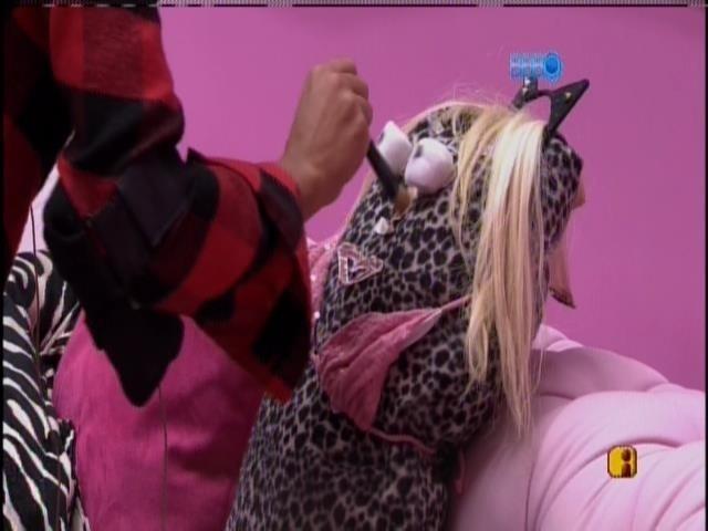 """28.mar.2014 -Clara e Vanessa montam boneca e batizam: """"É a mina do Valter Slim"""""""
