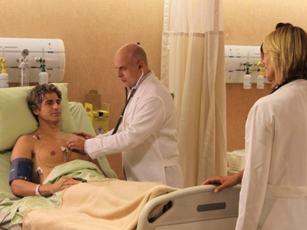 Após desmaiar, Cadu é atendido em emergência de hospital