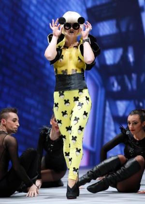 Lady Gaga com macacão grudado e seios cobertos por pintura em feira de beleza, na Espanha - GUSTAU NACARINO/REUTERS