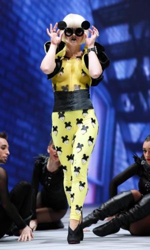 Lady Gaga com macacão grudado e seios cobertos por pintura em feira de beleza, na Espanha
