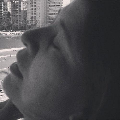 Roberta Miranda posta foto descansando em alguma praia