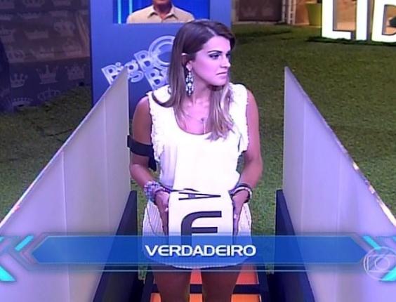 29.mar.2014 - Clara, Vanessa, Angela e Marcelo participam da última etapa, que irá definir os dois emparedados; o jogo é de perguntas e respostas