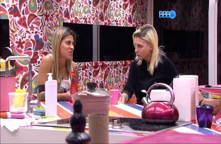 """29.mar.2014 - Clara confessa para Vanessa que não quer ir para o paredão com Marcelo. A sister acredita que ele será o grande vencedor do """"Big Brother Brasil 14"""""""