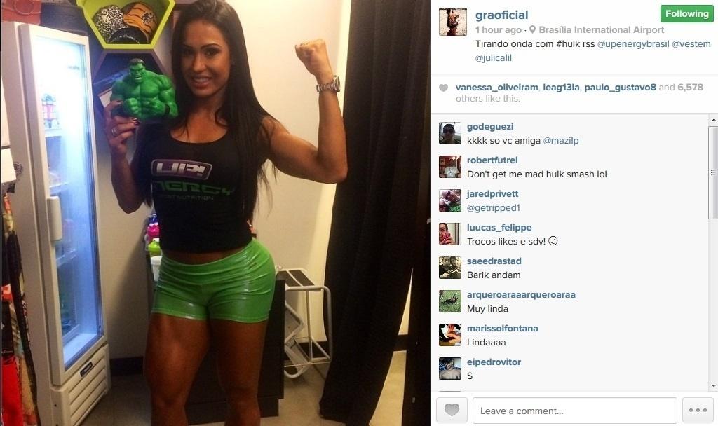 29.mar.2014 - Exibindo os músculos, Gracyanne Barbosa se compara com super-herói. Na noite deste sábado (29), a mulher de Belo, que é viciada em academia, compartilhou uma foto em seu perfil oficial no Instagram segurando um boneco do Hulk e disse: