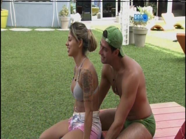 29.mar.2014 - Marcelo faz massagem em Vanessa.