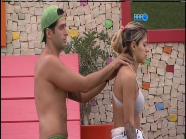 """29.mar.2014 - Marcelo faz massagem em Vanessa. """"É top"""", diz a sister."""