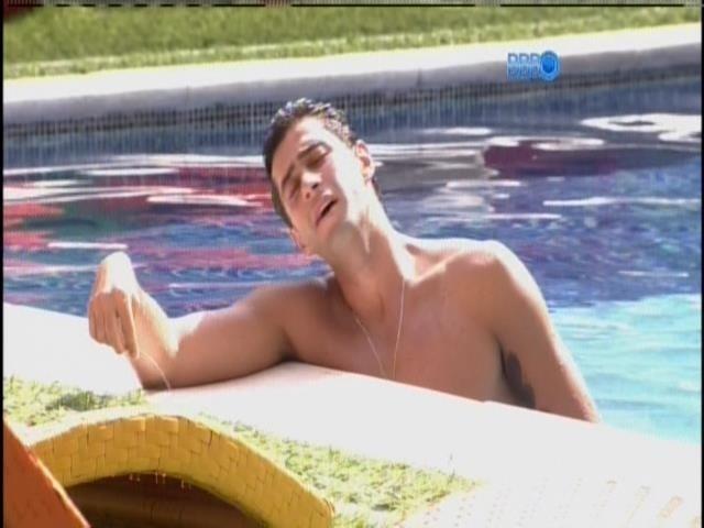 29.mar.2014 - Na piscina, Marcelo canta músicas de Zezé di Camargo e Luciano e Ivete Sangalo