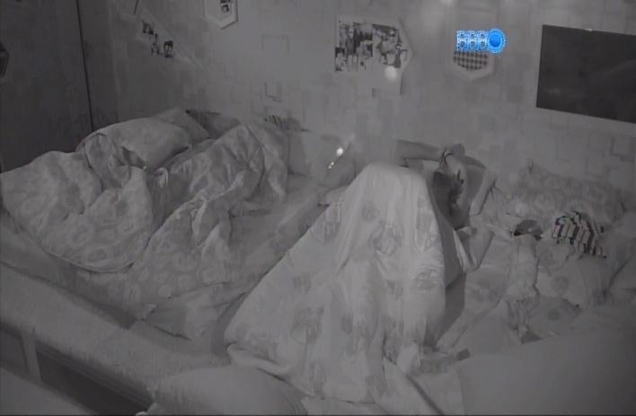 29.mar.2014 - No quarto festa, Marcelo reza antes de dormir na madrugada deste sábado (29)