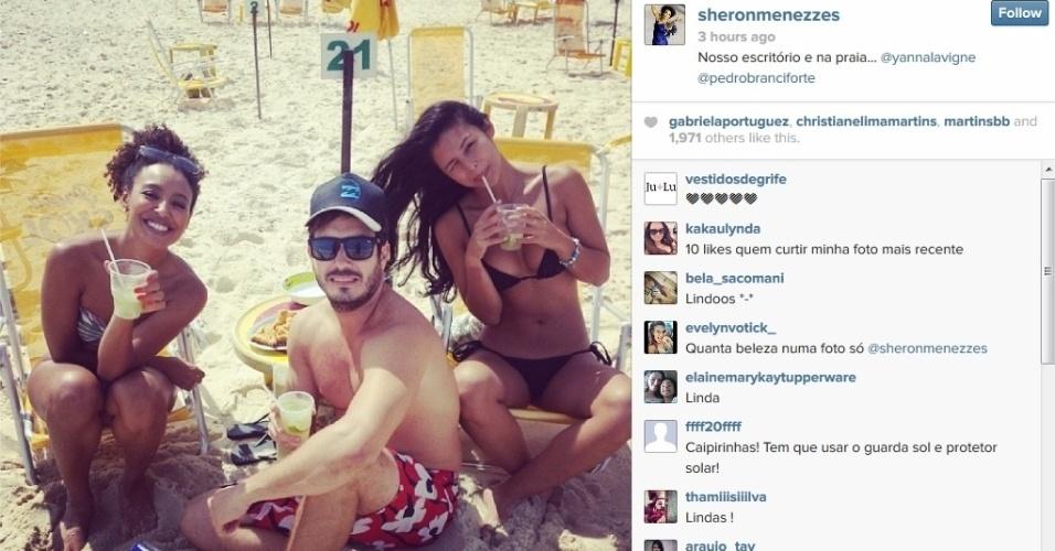 29.mar.2014 - Sheron Menezes bebe caipirinha com Yanna Lavigne em praia do Rio. As atrizes, que estão no elenco de