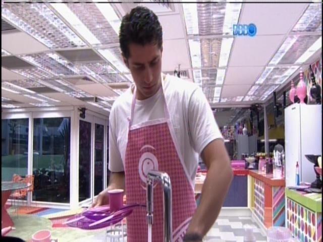 """29.mar.2014 - Único homem na casa, Marcelo reclama de bagunça na cozinha: """"Essa mulherada"""""""
