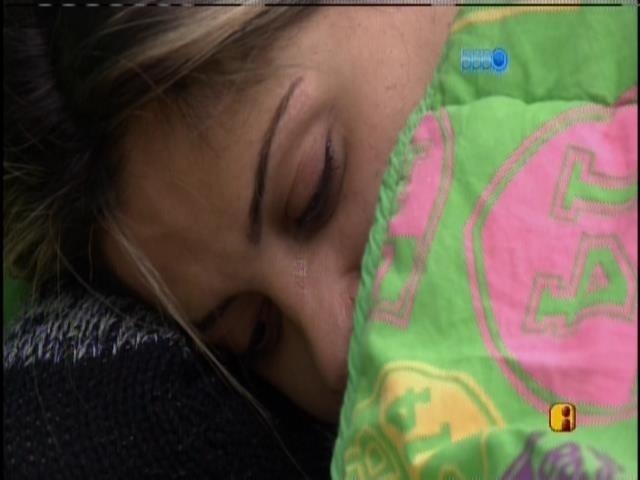 29.mar.2014 - Vanessa chora sozinha, embaixo do edredom