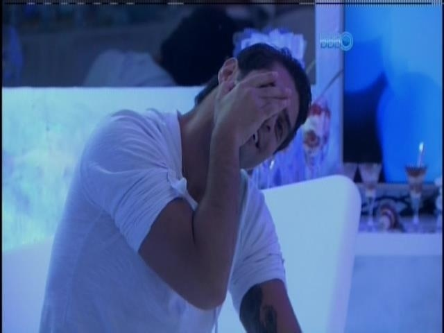 """30.mar.2014 - ... e Marcelo gostou: """"Ai, meu Deus não façam isso comigo"""", disse o brother ao ver Clanessa se beijando"""