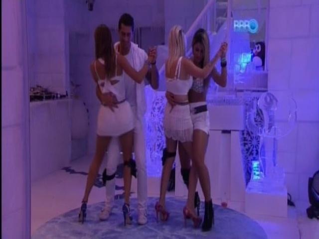 30.mar.2014 - Angela e Marcelo, Clara e Vanessa dançam no ritmo arrocha