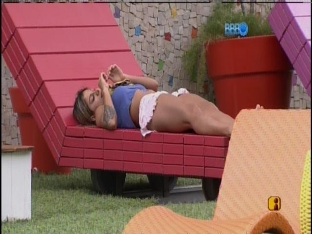 30.mar.2014 - Emparedada, Vanessa deita sozinha na área externa da casa