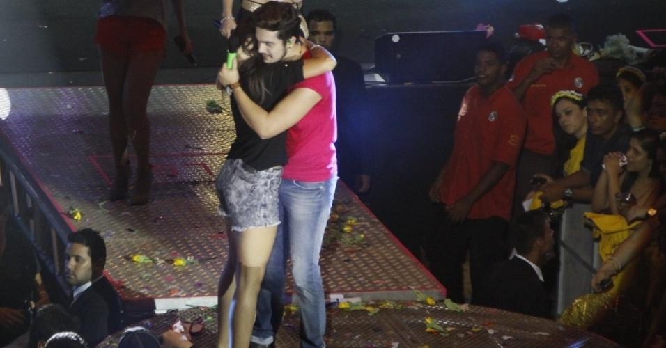 """30.mar.2014 - Luan abraça a fã antes de dançarem juntos o """"Lepo Lepo"""", hit do Carnaval baiano de 2014"""