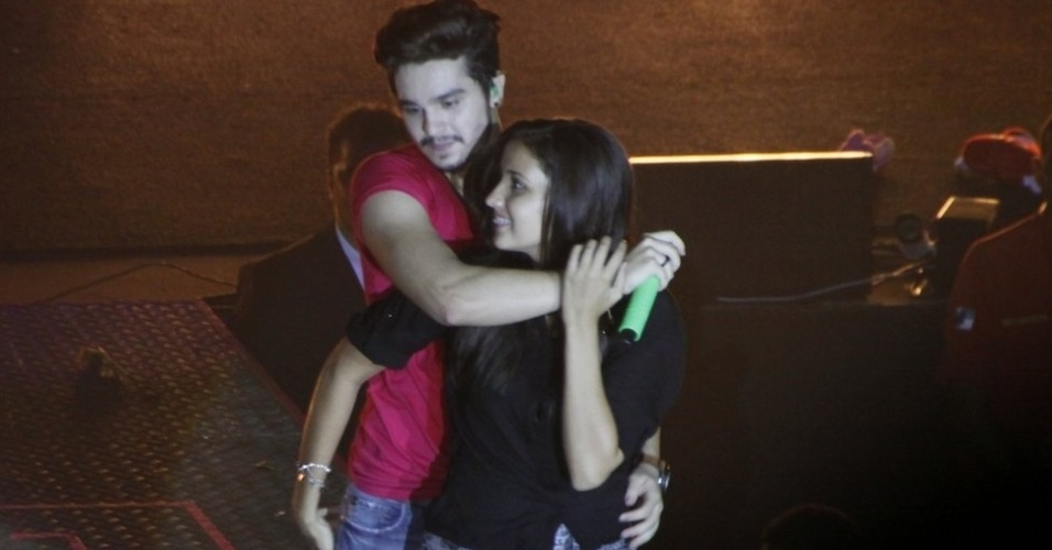 """30.mar.2014 - Luan e fã dançam o """"Lepo Lepo"""" durante show no Rio de Janeiro"""