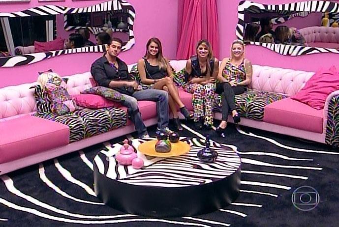 30.mar.2014 - Marcelo e Vanessa, os dois emparedados da noite, conversam com o apresentador Pedro Bial