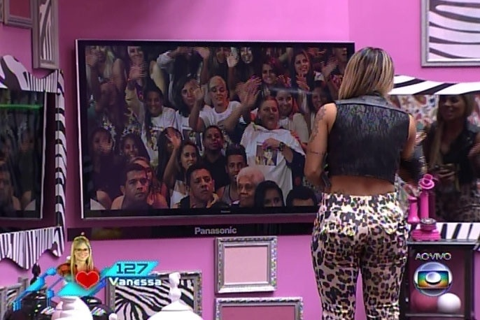30.mar.2014 - Marcelo e Vanessa, os dois emparedados da noite, conversam com o apresentador Pedro Bial; na imagem, Vanessa vê a família na plateia