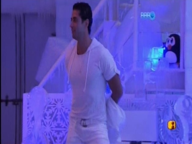 30.mar.2014 - Marcelo sensualiza sozinho na pista de dança durante a festa na Sibéria